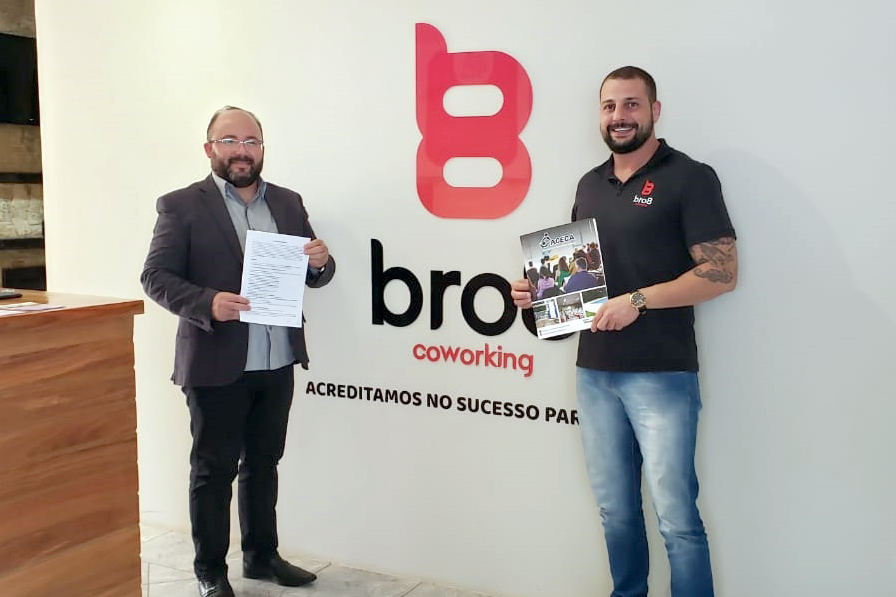 <p>Um novo modelo de trabalho que vem cada vez mais ganhando espaço entre os profissionais brasileiros é o coworking. Nesse formato várias empresas e freelancers compartilham o...